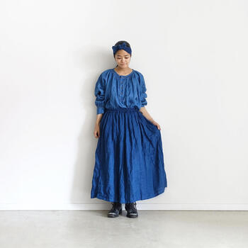 「ジャパンブルー」とも呼ばれ、日本古来から多くの人々に愛されてきた藍色。 藍染めはその美しい色味だけではなく、多彩な機能性や経年変化を楽しみながら長く愛用できるのも大きな魅力です。 今回はそんな藍染めの歴史ををはじめ、染め方や特徴、上質でおしゃれな藍染め製品をご紹介します。