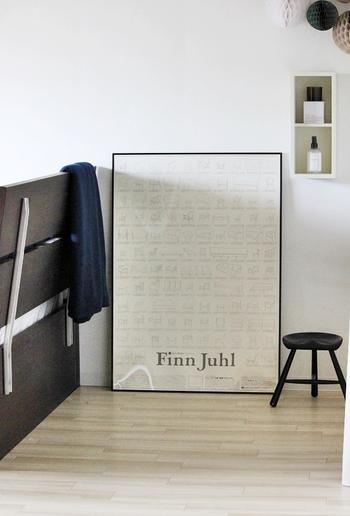 ベッドサイドの壁に大きめのポスターを立て掛ければ、寝室がワンランク上の空間に。  壁に穴を空ける必要がないので、賃貸住宅でも取り入れやすいアイデアです♪