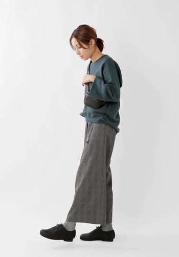 アンクル丈のワイドパンツには、チラリと足首が見えるタイプのローファーやパンプス、ブーツとのコーデを楽しんで。靴下にはコーデの中にある色をセレクト。モコモコしていない、サラリとしたタイプのもので抜け感をプラス。
