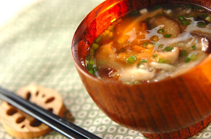 干ししいたけを戻した汁を使って、だしいらずのお味噌汁の出来上がりです。火を止めたあとにネギを散らすと、香りよく仕上がります。