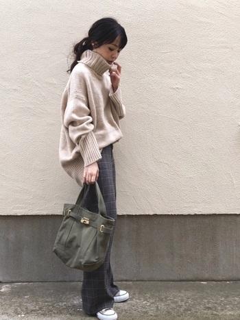 フルレングスのチェックワイドパンツが大人可愛いカジュアルな秋冬コーデ。 足元から覗くベージュ系コンバースと、ビッグサイズのセーターの色味を合わせて統一感を出しましょう。