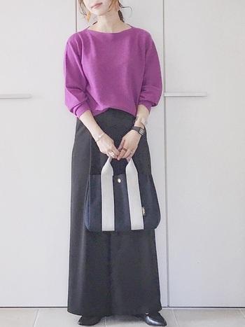 ぱっと見で目を引くカラーのニットセーター、裾が広めの黒のワイドパンツにはローファーを合わせて。シンプルカジュアルな中にも程よいキチンと感を演出できますよ!