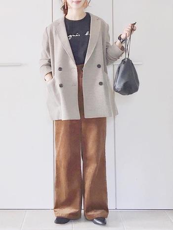 キャメルブラウンワイドパンツ+ローファーのメンズライクなスタイル。ビッグサイズのジャケットをゆったりめに羽織るのが今年っぽくて◎