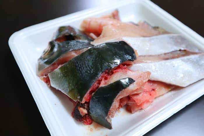 魚をさばいて残る「お頭・ヒレ・エラ」などの部位や、骨に付着する身の部分のことをいいます。いわゆる余り物なので手頃な価格で手に入るのが大きな魅力!血合いが多いので下処理をしないと臭みが出やすいのは難点ですが、旨味たっぷりの良い出汁が出るので、汁物や煮物に使うのがおすすめです。