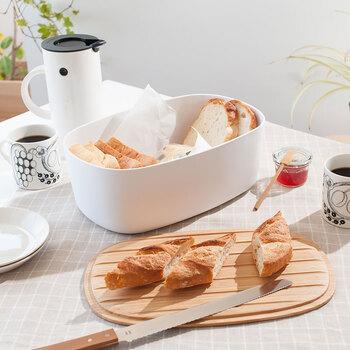 一見重そうに見えますが、メラミン素材で軽いのでキッチンから食卓への移動も楽ちん。竹製の蓋は裏にするとブレッドボードとしても使える優れもの。パンはもちろん、スコーンや焼菓子などの保管にもどうぞ。