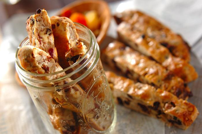 ドライフルーツとナッツがぎっしり入ったスティックパン。おやつに食べると、腹持ちがよくて午後の活動がたっぷりできそうです。