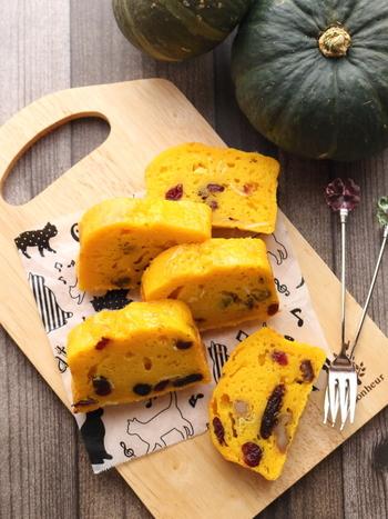 オレンジ色のかぼちゃパウンドケーキはカラフルで元気に満ちた雰囲気です。くるみとドライフルーツを入れて、味に変化を持たせ、どこを食べても美味しいパウンドケーキに仕上がりました。