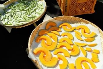 天日干しにした野菜と果物は、ドライベジタブル、ドライフルーツと呼ばれ、日本でも古くから保存食として親しまれてきました。水分を飛ばしているので、調理時間も短縮できますし、味もしみこみやすくなるという利点があります。