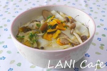 薄くスライスした干し野菜をたっぷりと使ったうどんは、味が絡みやすく、優しい味わいです。複数のお野菜を使うことで、いろいろな形がリズミカルにあらわれます。