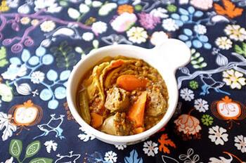 ソーセージと干し野菜、レンズ豆をたっぷりのハーブ、スパイスで煮込んだスパイシーなスープです。タンパク質とビタミン、両方をたっぷりと摂ることができる美味しいスープです。