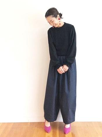 ゆったり可愛い紺のタックワイドパンツと黒ニットには、女性らしいヒールのあるパンプスを合わせて。足元や耳元に同系色の彩りを取り入れて、足の甲を少し覗かせ抜け感を出すのがポイント!