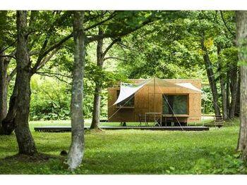 真冬のテント泊は、慣れていないから不安という方も多いですよね。「十勝ポロシリキャンプフィールド」には、世界的な建築家の隈研吾氏が設計した木製のモバイルハウス「住箱」に宿泊することも可能です。