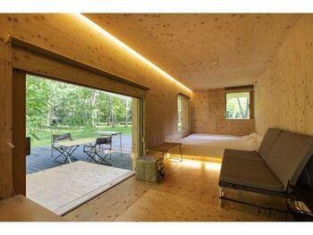 テントとコテージの中間のような「住箱」は、ベッドやソファもあり快適。窓から切り取られる風景はまるで絵画のようです。白銀の世界でぐっすり眠って身も心もリフレッシュしましょう。