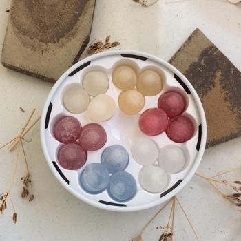 お砂糖の薄い膜で香りよいお酒を包み込んだボンボンは、六花亭柄の缶もふくめて女子旅のお土産に人気の品。ミニ缶と通常サイズの缶の2種類があります。