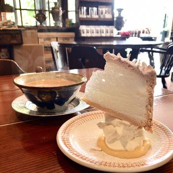 落ち着いた空間で頂くことができるのがこだわり抜いた世界の紅茶。こちらでは茶葉の量り売りも行っています。そしてそんな紅茶と共に頂くことができるのが、写真映え間違いなしのスノーフレークケーキです。メレンゲの軽いクリームがサンドされたケーキを崩していただくスタイルは斬新!話題に尽きないブンブン紅茶店。紅葉ウォーキングの後に是非満喫して見てくださいね。