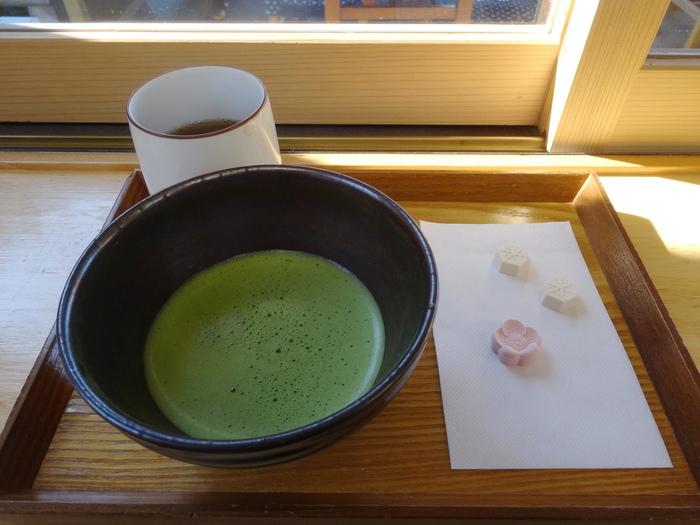 上菓子とお抹茶や昆布茶をはじめ、弁天ベジカレーやところてんなどもいただく事ができます。のんびりじっくり北鎌倉散策におすすめしたいお店です。