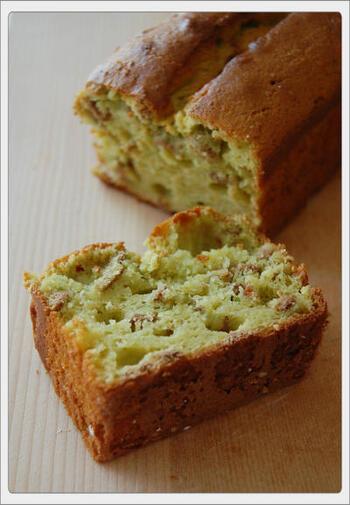 ケーキにしっとり感を出してくれるバターの代わりに、「森のバター」と呼ばれる「アボカド」を使ってヘルシーに。  「蜂蜜」を使っているので、外側はさっくり、内側はもっちり、シリアルのザクザク……食感の楽しいケーキです。