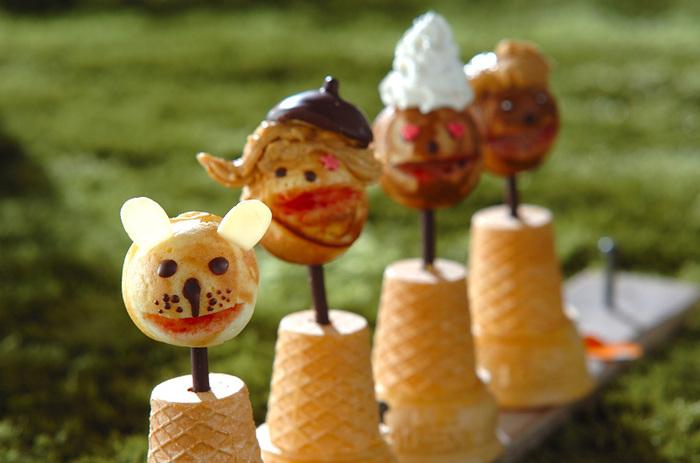 逆さにしたコーンカップにポッキーを刺して、ホットケーキミックスで作った顔をつければ、かわいいキャラクターのスイーツに。男の子や女の子、クマ、ウサギ、トナカイ、サンタなどなど、パーティーやイベントに合わせて、自由にトッピングを楽しめます。