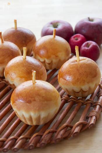 ポッキー同様プリッツも、茎部分のデコレーションにぴったり◎チョコレートのコーティングがない分、無駄なく使えます。丸い形に焼き上げたクリームパンのてっぺんに、短くカットしたプリッツを刺したら、あっという間にりんごに大変身!