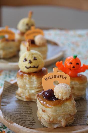 市販の小さなチョコレートシュークリームに、短くカットしたプリッツを刺すだけで、かわいいハロウィンのかぼちゃが作れます。どちらもお手頃価格でたくさん入っているので、コスパもバッチリ!スイーツのトッピングだけでなく、料理の飾りつけにも使えそうです。