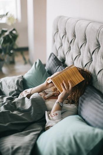 正しい姿勢で立った状態をそのまま横にしたものが寝る時の理想的な姿勢と言われています。その姿勢になっているかどうかが、寝具が体に合っているかの目安になります。