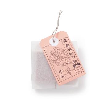 奈良県産の薬用植物エキスが配合された、肌に優しい自然派石鹸です。大和トウキ・大和シャクヤク・大和オウバク・吉野本葛の4種類。植物画の札がついたユニークなパッケージは種類ごとにカラーも違っているので、プチギフトとしても喜ばれそう!洗顔石鹸としても身体用としても使えます。