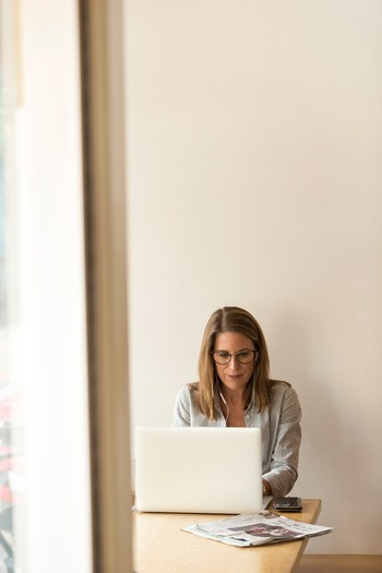 仕事でパソコンを長時間使わないといけない、という人もいるかと思います。そんな時は合間の時間に小休憩を挟むだけでも負担が軽減されます。 体を思いっきり伸ばしてストレッチするなど、上手くリラックスしながら筋肉を緩めていきましょう。