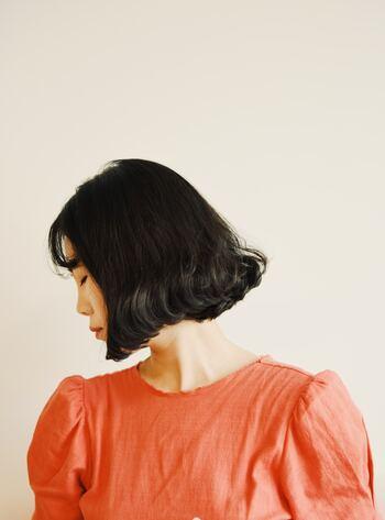 ノンシリコンシャンプーは、髪への負担が少なく洗いあがりもさっぱり。自然なボリューム感やハリを与えてくれます。また、髪をコーティングする成分がないので薬剤が浸透しやくすくなり、カラーやパーマのかかりが良くなるのも魅力。ただし髪艶はシリコンありには劣るので、好みの質感からお好きな方を選んでみてくださいね。