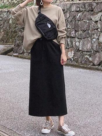 ブラックを着用。ストラップを少し短めに調節して、ボディバッグ風にすると今年らしい表情に。