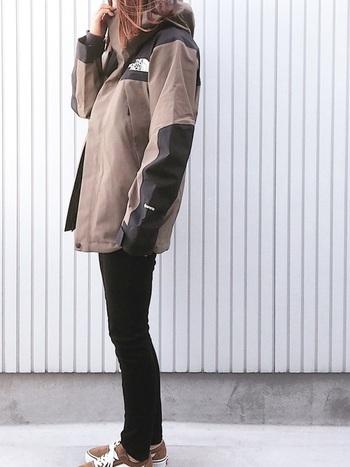 アウター以外をブラックでまとめてシンプルに着るのがスポーティさを程よく押さえる秘訣。