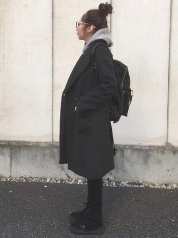 オールブラックでまとめると、ブーツの素材感が強調されて冬らしく可愛く見えます。スキニーデニムとの相性◎。