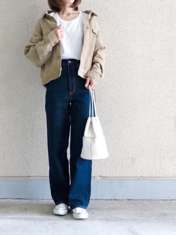 春夏だけでなく秋冬も活躍してくれるデニムワイドパンツ 。こちらもカラーを白スニーカーとTシャツ、ベージュのジャケット、デニムのインディゴの3色にまとめると美しいコーデに。
