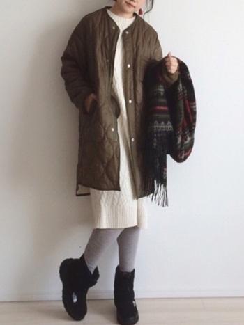 ボリュームのあるキルティングコートにヌプシブーティー ウォータープルーフ6が相性抜群。見た目も温かくほっこりとした女性らしいコーディネートに。