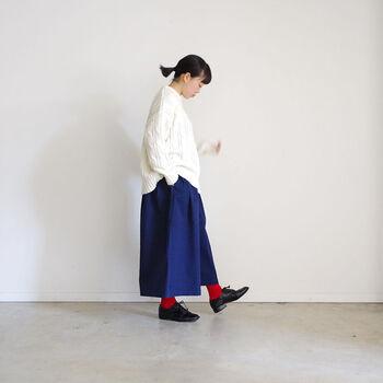 パッと目を引くビビッドな赤。あえてブルーのボトムスに合わせて印象的に。靴がトラッドなので、原色同士の組み合わせでも大人っぽく着こなせています。