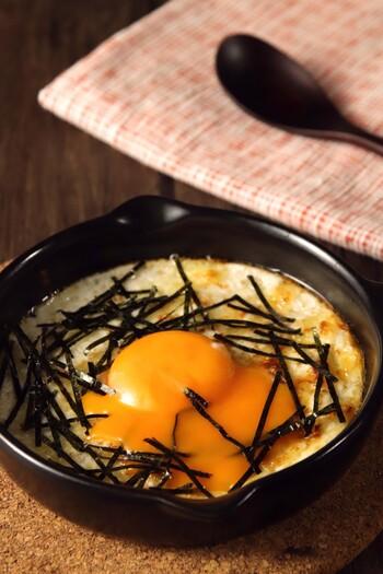 長いもと卵の白身がとろふわの絶妙な食感を醸し出しています。後のせする卵黄がとろりとやわらかく、美味しくいただけます。