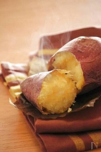 おうちで作るアツアツの焼き芋は、ホクホクで食べごたえもありますね。トースターで作るときは、小ぶりなさつまいもを選ぶと上手にできます。
