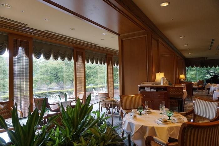 目白にある老舗ホテルの「椿山荘」と言えば、緑豊かな庭園が有名です。その美しい景色を眺めながらアフタヌーンティーができるのはホテル3Fの「ル・ジャルダン」。東京で一番最初にアフタヌーンティーを始めたカフェラウンジだとも言われています。