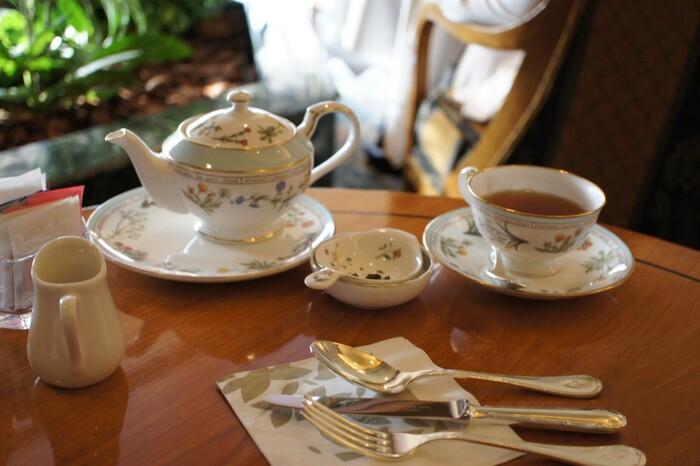 「ル・ジャルダン」のアフタヌーンティーでは、約20種類のお茶から好きなものを選び、おかわりも自由にいただくことができます。ダージリンやアールグレイなど紅茶の定番から中国茶、緑茶までポットサービスでたっぷり楽しむことができるので嬉しいですね。豊かな緑に包まれながら、のんびり過ごしたいお店です。