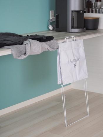 超薄型に折りたためる、ニトリのランドリーバスケット。ランドリーバッグとワイヤーフレーム、それぞれ別売りのものを組み合わせます。わずかなすき間にもすっきり収納できますし、軽量ですので洗濯機に引っ掛けることも可能です。