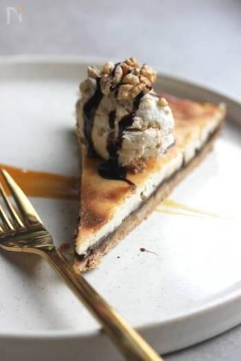 全粒粉を使った薄いパイ生地の上に、チョコ味のフィリングを流して作るチョコキャラメルチーズケーキです。  フィリングにはナッツやメープルシロップが入っていて、生地は薄くとも濃厚な味わいです。  おもてなし時に出しても素敵ですね。