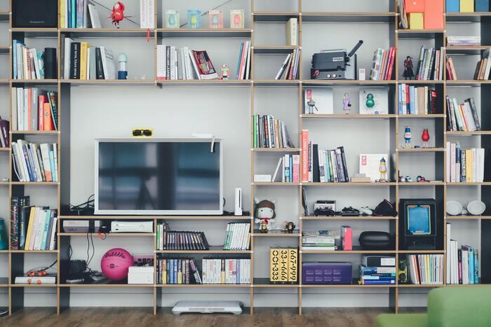 本や飾りたいものがたくさんある方は、壁面のデッドスペース使って大きな棚を作ってみてはいかがでしょうか。好きなものに囲まれたオアシスを作ることができます。 「大きな家具を取り入れるのはなかなか勇気が出ない……」という方は、木板を使って簡単に作れるディアウォールで好きな幅や棚数のラックを作るのもおすすめですよ。