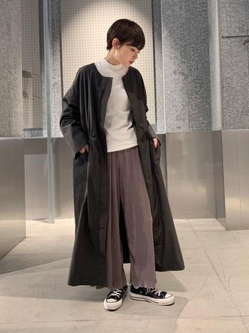 白トップス×グレー系のワイドパンツに、黒のノーカラーコートを合わせたちょっぴりメンズライクなコーディネートです。足元はスニーカーでカジュアルにまとめつつ、ユニセックスなスタイリングに仕上げています。コットン素材の薄手ノーカラーコートは、秋のスタイリングにもぴったり◎