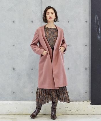 キレイめカラーのピンクベージュアウターなら、ワイドパンツやプリーツスカートと合わせるスタイルがおすすめ。柄ワンピースにサッと羽織って、派手さを抑えた着こなしにしても素敵です。スッキリ着られるノーカラーコートで、旬のコーデを満喫しましょう♪
