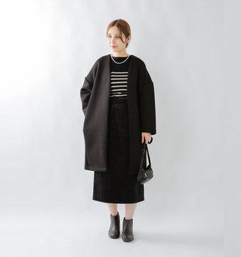 シンプルな黒のノーカラーコートに、黒のボーダートップスとスカートを合わせた全身黒コーデ。足元も黒のショートブーツで。大人っぽい雰囲気にまとめています。脚の肌色をさりげなく見せて、色味をプラスしているのがポイント♪