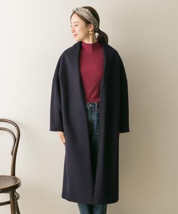 まるでブランケットのような、柔らかな肌触りを再現したネイビーのノーカラーコート。ベーシックなノーカラーシルエットは、タートルネックや襟付きシャツなど、秋冬コーデに欠かせないアイテムとの相性も抜群です。