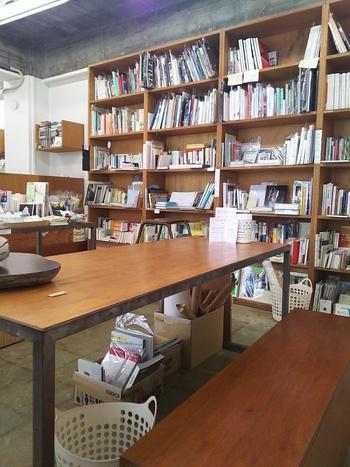 ズラりと並ぶ本棚には、様々なジャンルの本が用意されており、6席のみのこじんまりとしたブックカフェですのでまさにプライベート空間が楽しめます◎
