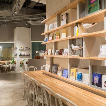 店内は、お友達とご利用できるテーブル席からおひとり様にもおすすめなカウンター席のご用意もあります。ナチュラルテイストで木の温もりを感じさせるおしゃれな空間が広がっており、長居するのにもぴったりな空間です*