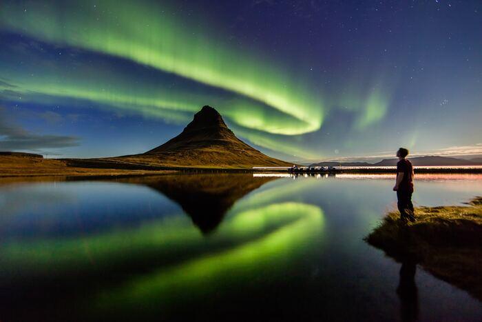 ヨーロッパ大陸から少し離れた国「アイスランド」も秋にぴったりなスポットです!アイスランドが秋の観光にぴったりな理由といえばやはりオーロラ!オーロラは、冬のイメージが強いですが実はオーロラは年中見ることができるんです。しかもこのアイスランドは、島全体がオーロラが見られるオーロラベルトにかかっているため、見れる確率が高いんです!まだまだ寒さも厳しくない秋のシーズンはオーロラ観測に最適なシーズンなのです♪