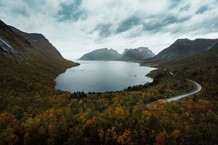 北ヨーロッパの中でも自然豊かなスポットとして有名な「ノルウェー」も秋の観光におすすめなスポットの一つです。ノルウェーには、壮大な自然を肌で感じられるフィヨルドはいかがでしょうか。夏の青々としたシーズンや冬の雪景色も良いですが、秋の真っ赤に染まった紅葉シーズンもとってもおすすめ!