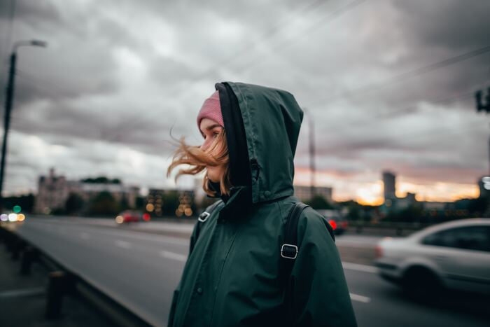 北ヨーロッパでは、秋のシーズンに関わらず雨が降りやすい地域でもあります。そのため現地の方は傘をささずにレインコートを身に纏っている方も多くいらっしゃいます。レインコートは、フードを被るだけですのでとても便利♪北ヨーロッパは秋になると日本よりも涼しくなるのでレインコートは防寒にもぴったりです!また、現地にはたくさんのレインコートブランドもありますので、お気に入りの一着を探すのもいいですね◎